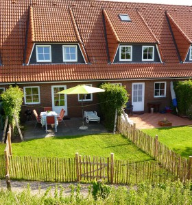 Außenansicht des Ferienhaus Graugans mit seinem kleinen Garten und Terrasse.